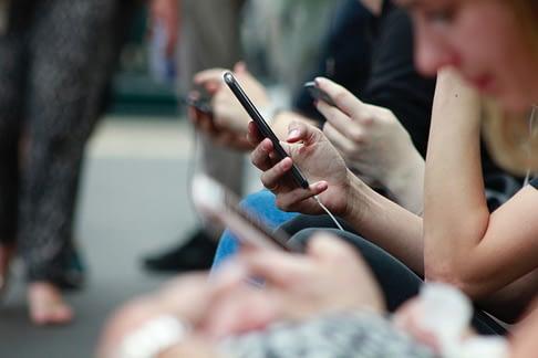réseaux-sociaux-mobile-fridenly