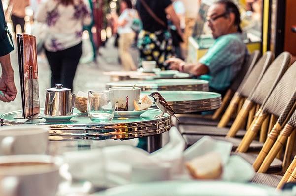 américains-touristes-café-bistro-français