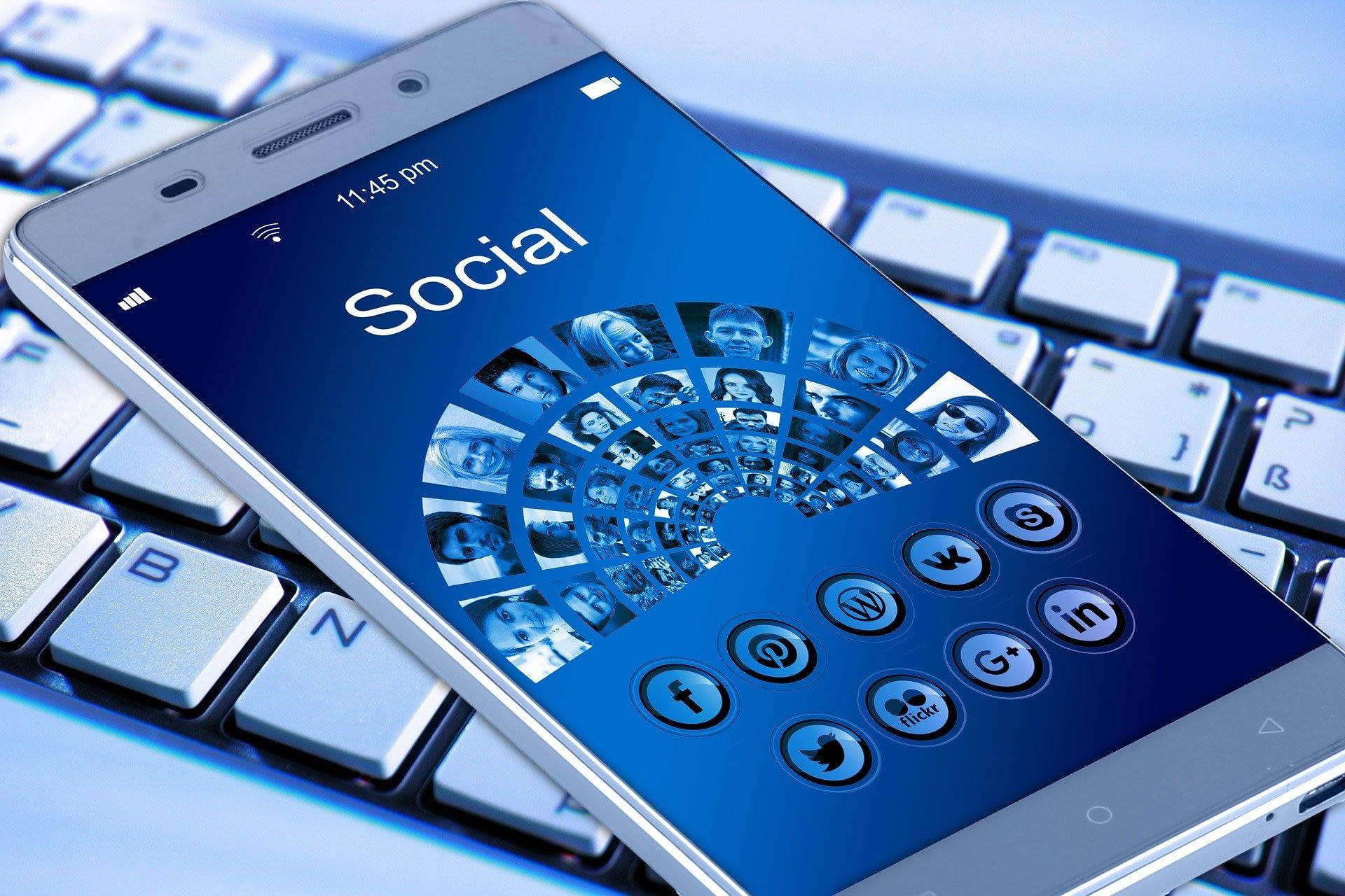 image-mobile-reseaux-sociaux
