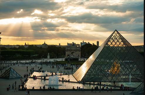 louvre-pyramide-touristes